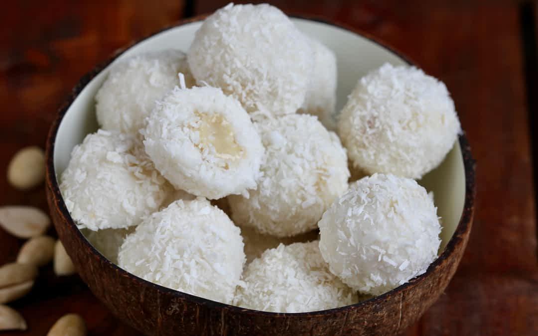 Kühlende Kokosbällchen mit Mandel-Vanille-Creme