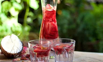Erfrischender Sommerdrink für heiße Tage – Infused Water mit Kokos und Erdbeere