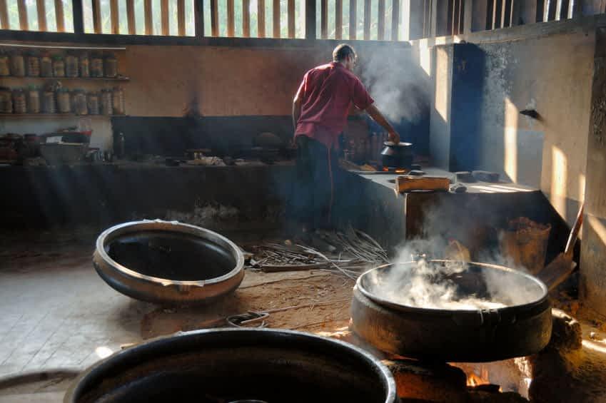 traditionelles tayurvedisches Kochen über offenem Feuer