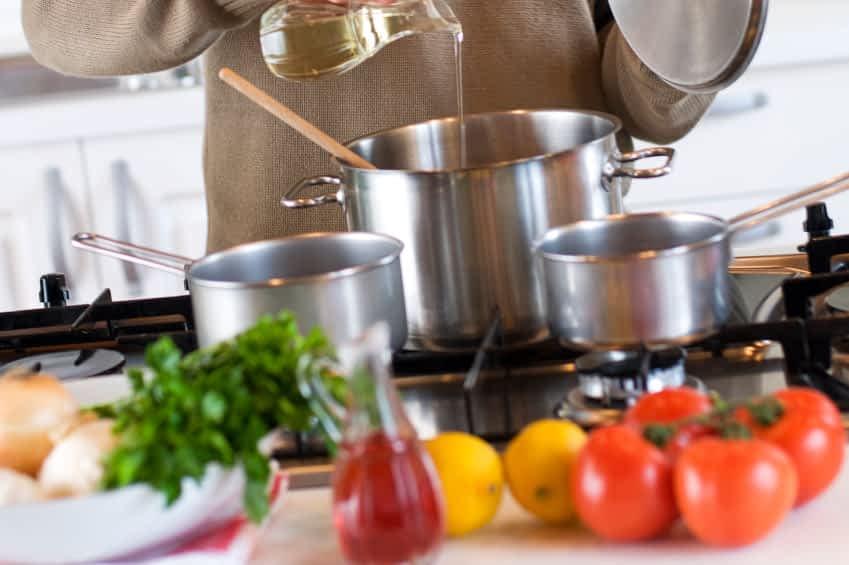 Junger Mann bereitet das Mittagessen in der Küche vor