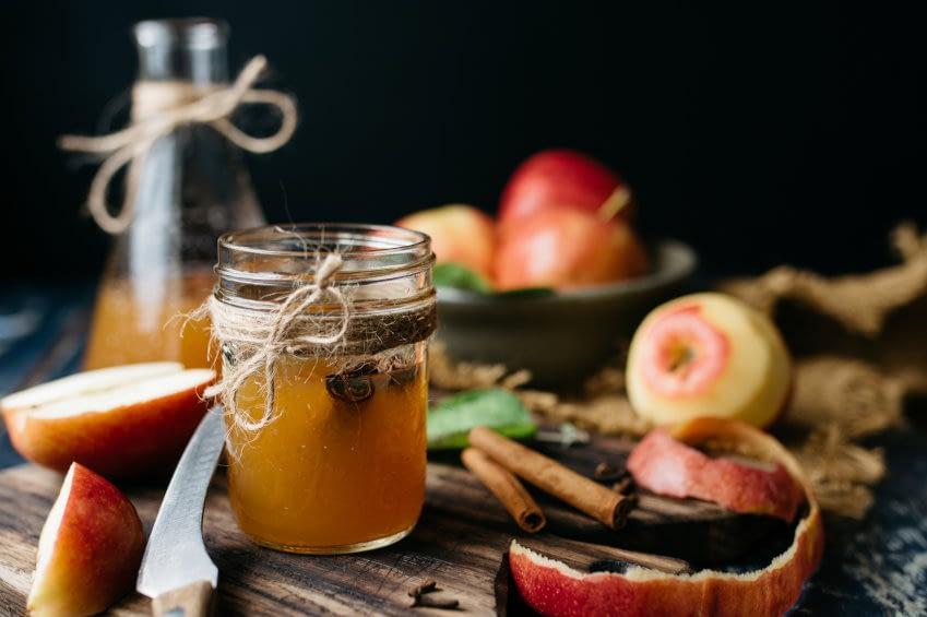Das Bild zeigt verschiedenen Erzeugnisse aus frischen Äpfeln, wie Cider und Chutney.