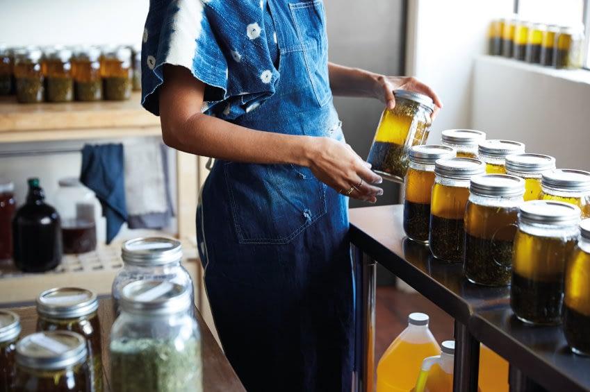 Frau bei der Produktion von organischen Hautpflegeprodukten