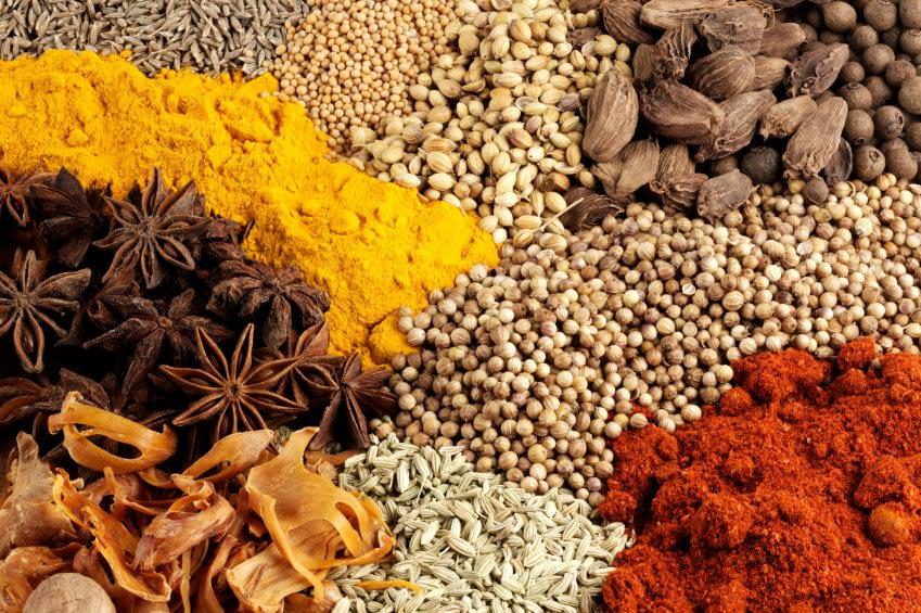 Das Foto zeigt eine farbenfrohe Vielfalt an getrockneten Gewürzen.